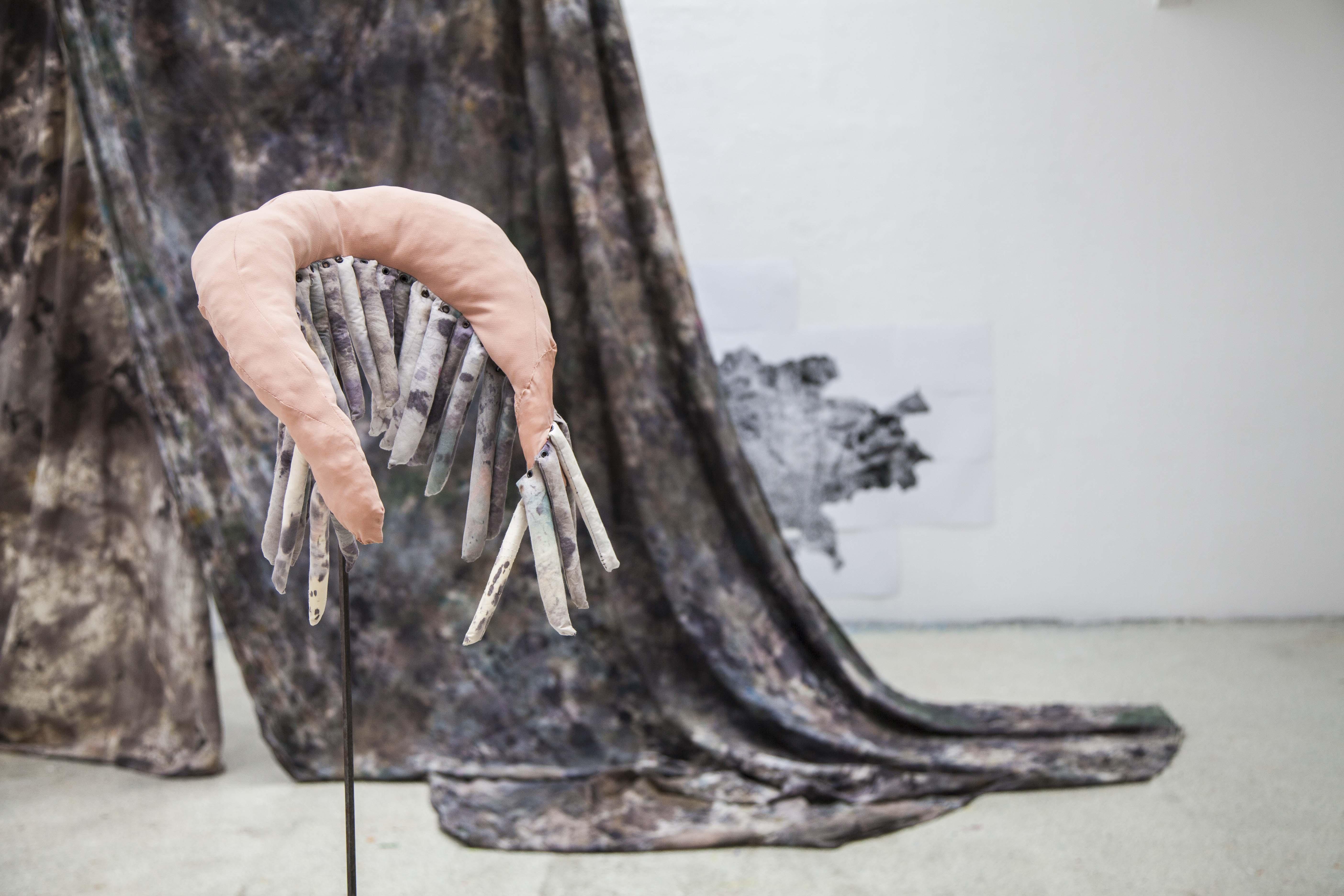 handgefärbtes Baumwolltuch ca. 6 x 3m, 4 Ösen, 2 Karabiner, Polypropylenseil Wandposter bestehend aus 24 Einzelblättern, jew. 29,7 × 42cm 2 Leuchtstoffröhren, pink
